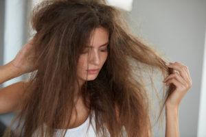 髪ゴワゴワの女性