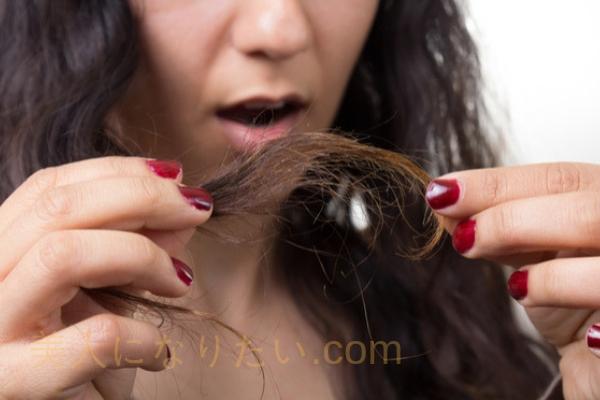 髪のダメージが気になる女性