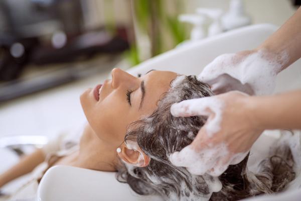 髪洗われる女性