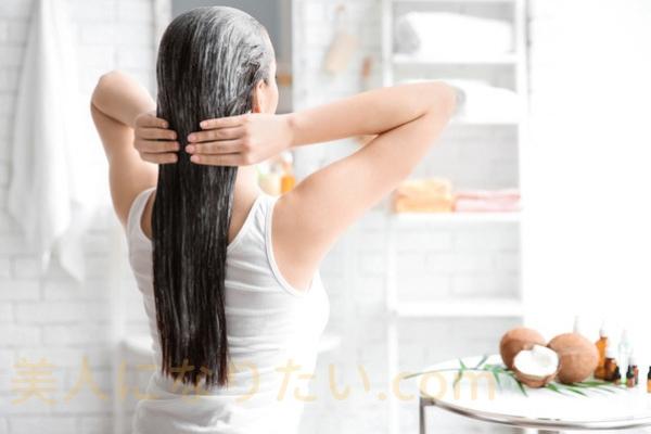 髪洗う女性