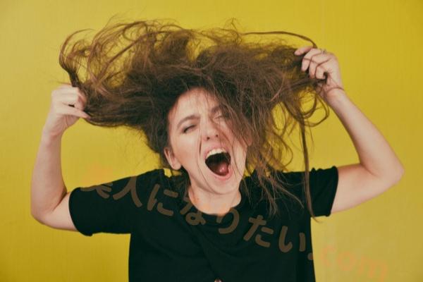 髪爆発女性