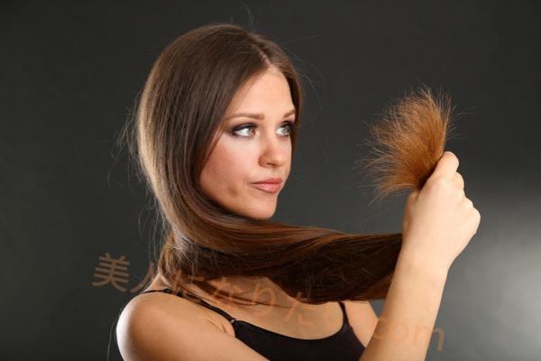 枝毛を見る女性
