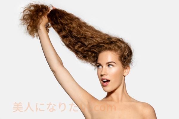 髪を伸ばす女性